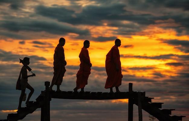 Mnisi buddyjscy na codzienne rano tradycyjne jałmużny dawanie w tajlandii.