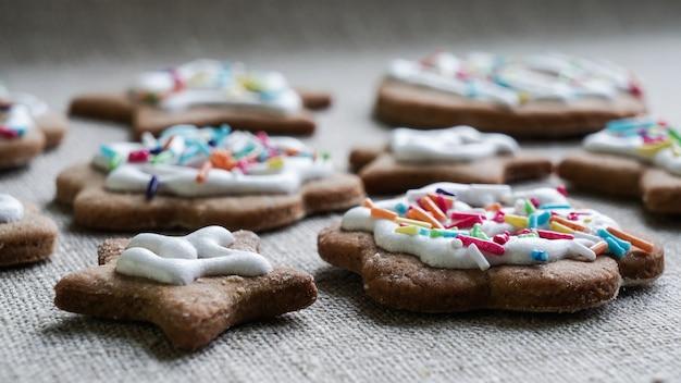 Mnóstwo domowych ciasteczek imbirowych z pięknym świątecznym wystrojem