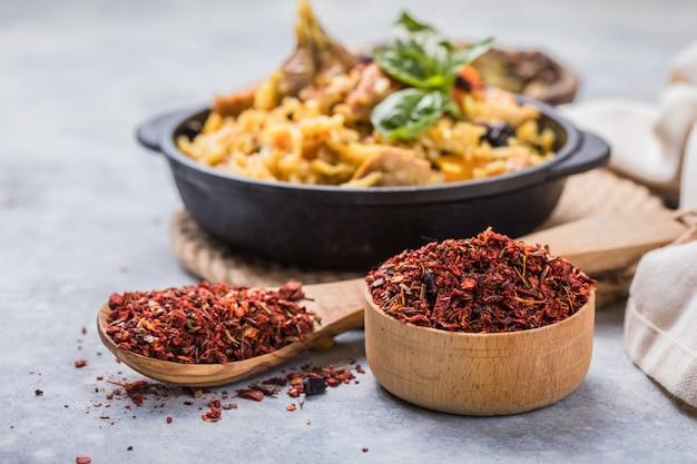 Mnóstwo gruzińskich mielonych przypraw do pilawu. przyprawy, składniki do gotowania.