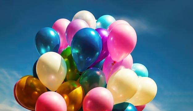 Mnóstwo kolorowych balonów na tle błękitnego nieba z chmurami