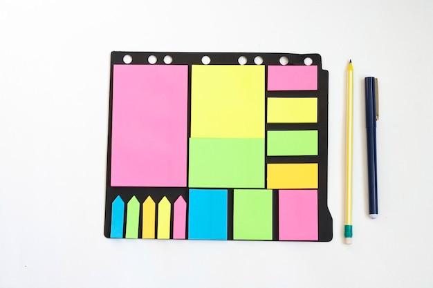 Mnóstwo kolorowych naklejek do pisania, ołówka i długopisu