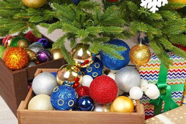 Mnóstwo prezentów świątecznych na podłodze w świątecznym wnętrzu