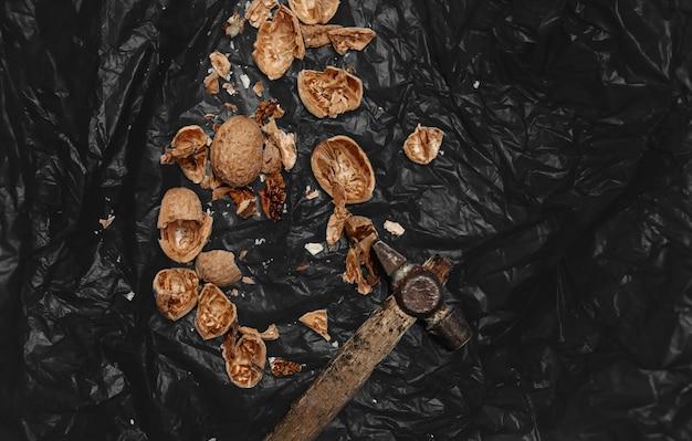 Mnóstwo świeżych orzechów na czarnym tle drewnianych. najlepsze praktyki dla projektantów