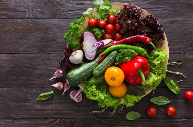 Mnóstwo świeżych warzyw na drewnie z miejsca na kopię