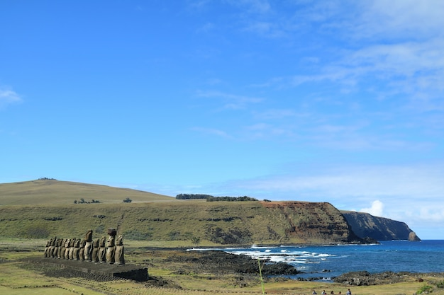 Moai posągi ahu tongariki z oceanem spokojnym w tle, wyspa wielkanocna, chile
