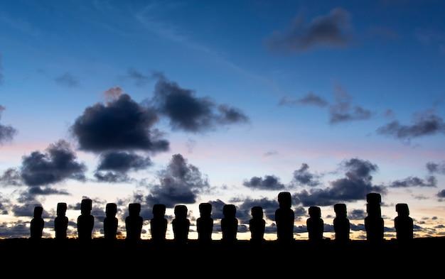 Moais o wschodzie słońca w ahu tongariki, wyspa wielkanocna, rapa nui