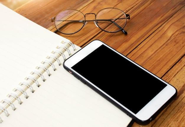 Mobilny inteligentny telefon na stół z drewna
