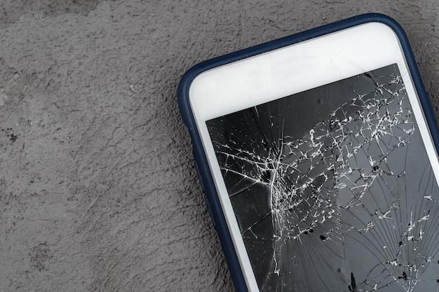 Mobilny smartfon z zepsutego ekranu z bliska