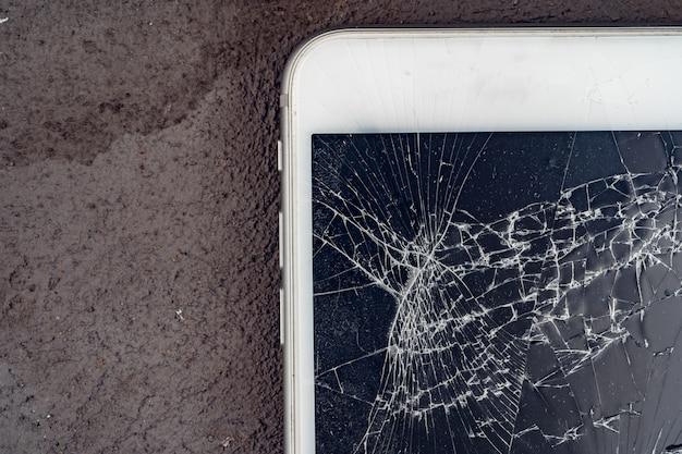 Mobilny smartphone z zepsutym ekranem z bliska