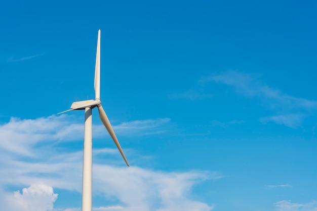 Moc turbiny wiatrowej, błękitne niebo, koncepcja energii