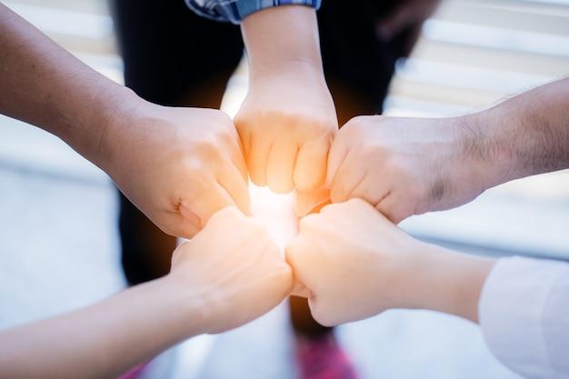 Moc udanej pracy zespołowej ręka wpadka razem pomysłów na biznes