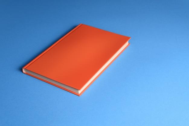 Mocap pomarańczowa książka w twardej oprawie na niebieskim tle