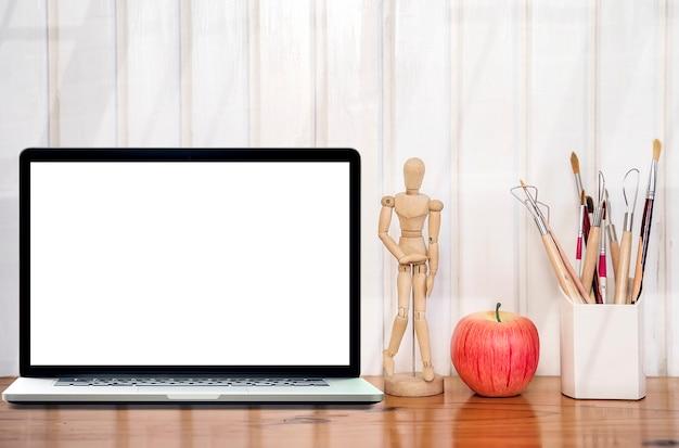 Mockup laptop z pustym ekranem na drewnianym stole i białej drewnianej ścianie.