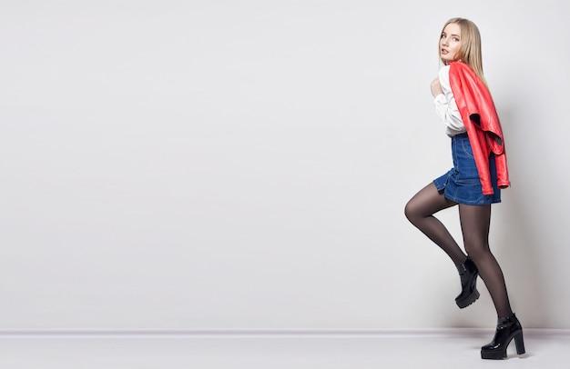 Mockup piękna seksowna blond kobieta w koszulowej spódnicie
