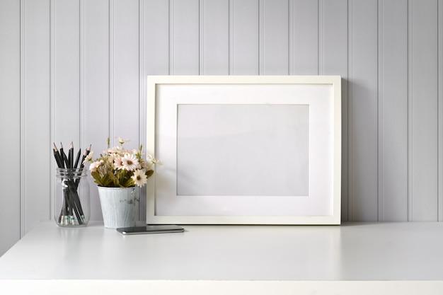 Mockup posterobraz puste ramki na białym biurku