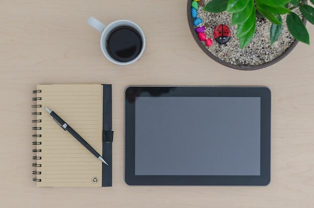 Mockup tablet notebook i ołówek i kawa