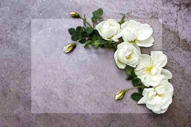 Mockup z kartą i kwiatami. list miłosny z różami. puste miejsce na twój tekst. widok z góry.
