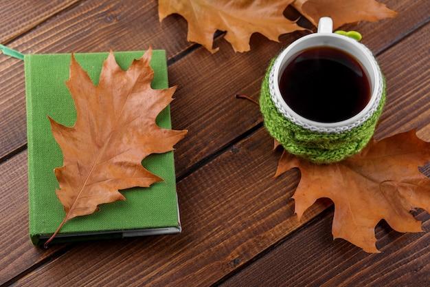 Mocna kawa i książka. pojęcie jesieni, martwej natury, relaksu, nauki