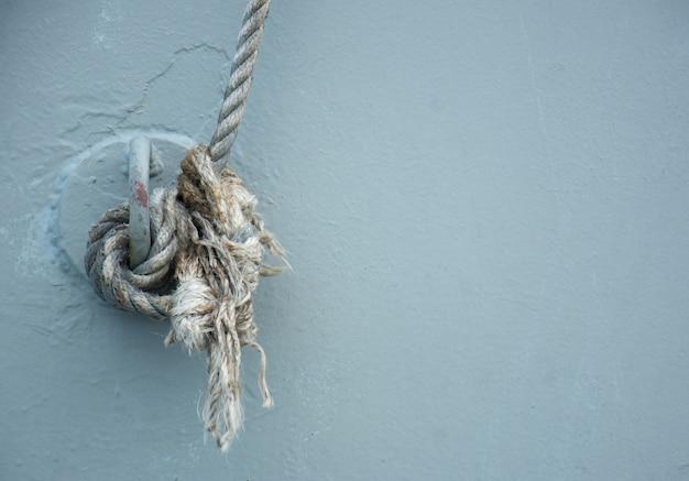 Mocna lina do wiązania na statku marynarki wojennej.