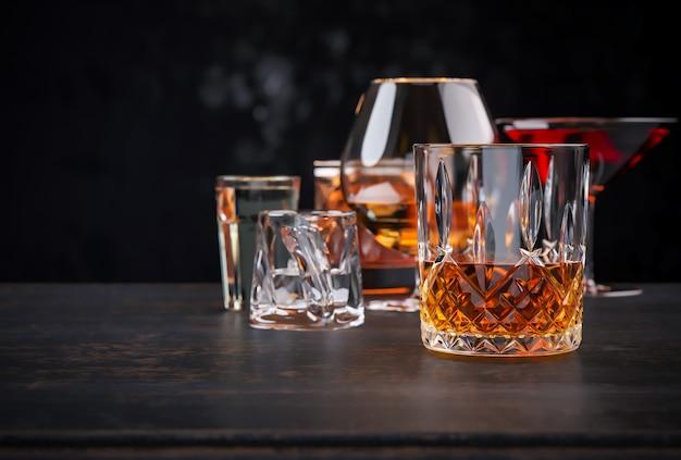 Mocne napoje alkoholowe na ciemnym tle