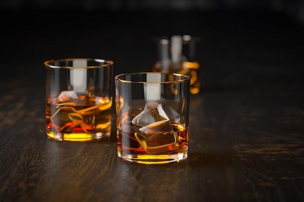 Mocne napoje alkoholowe, szklanki na ciemnym tle