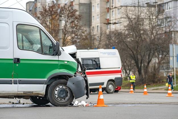 Mocno uszkodzony samochód po wypadku samochodowym na ulicy miasta