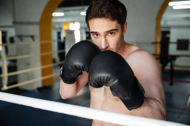 Mocny bokser z uniesionymi rękami