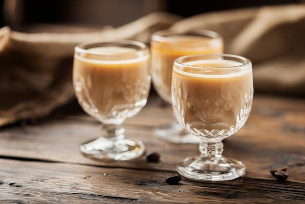 Mocny likier kawowy w szklankach