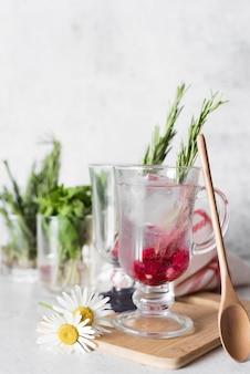 Mocny napój alkoholowy i kwiaty