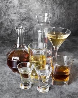 Mocny napój alkoholowy ustawiony wysoko