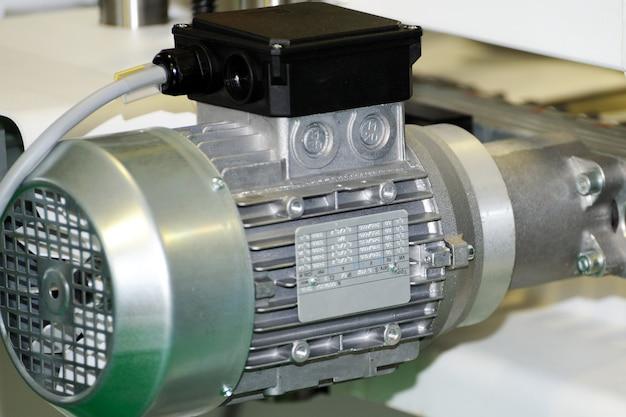 Mocny silnik elektryczny z reduktorem. silnik elektryczny na maszynie