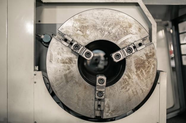Mocowanie części na maszynie cnc