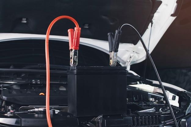 Mocowanie kabla ładowarki do ładowania akumulatora samochodowego