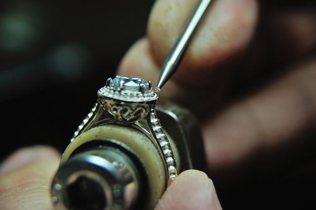 Mocowanie klejnotu do pierścionka z biżuterią podczas procesu produkcyjnego