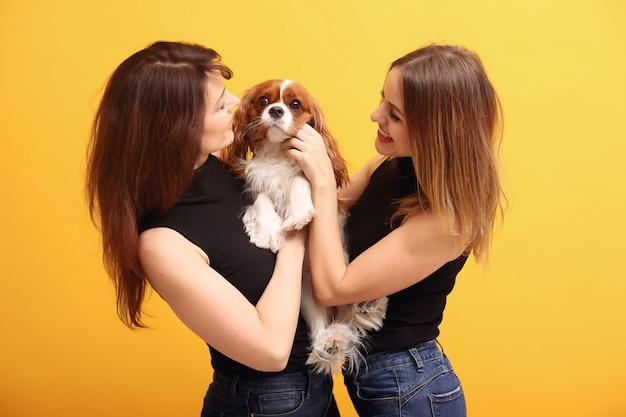 Mod młode kobiety pozuje z psem