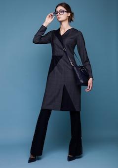 Moda biznesowa piękna kobieta z akcesoriami