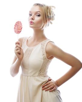 Moda blond kobieta trzyma lizaka