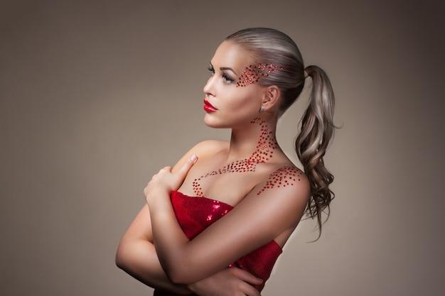 Moda blond model portret. profesjonalny czerwony makijaż na ciemnym tle