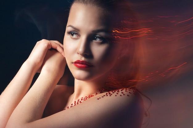 Moda blond model portret. profesjonalny czerwony makijaż na czarnym tle