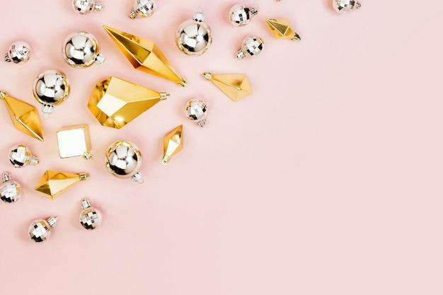 Moda boże narodzenie tło z błyszczącymi srebrnymi kulkami i złotymi kryształami. płaski układanie, widok z góry