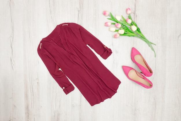 Moda. burgundowa bluzka, różowe buty i tulipany. widok z góry