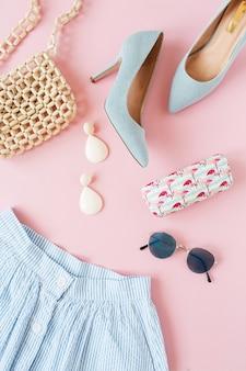 Moda damska odzież i akcesoria na różowej powierzchni
