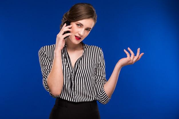 Moda dziewczyna rozmawia przez telefon