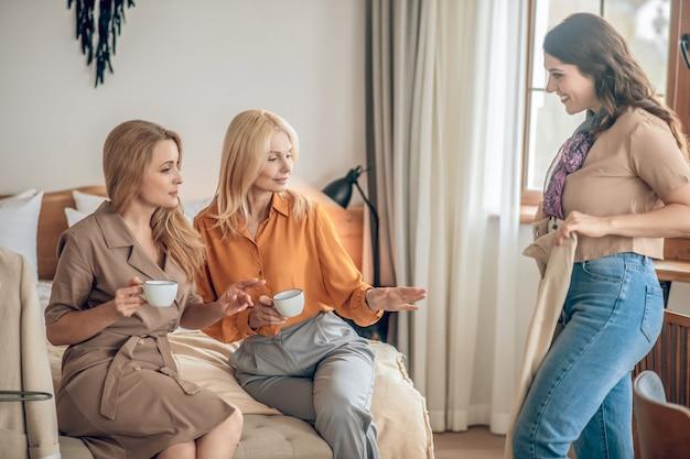 Moda. grupa kobiet spędzających razem czas i dyskutujących o nowych ciuchach fashionalbe