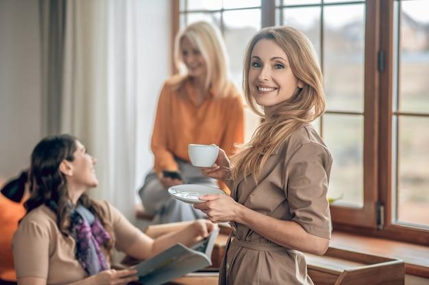 Moda. grupa kobiet spędzających razem czas i przeglądających magazyn o modzie