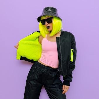 Moda hipster dziewczyna. klubowy styl. styl uliczny swag