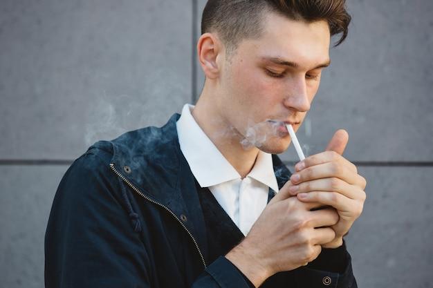 Moda hipster model mężczyzna palenia