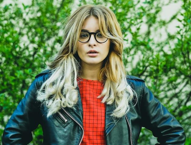 Moda hipster portret młodej pięknej kobiety blondynka pozowanie na zewnątrz latem