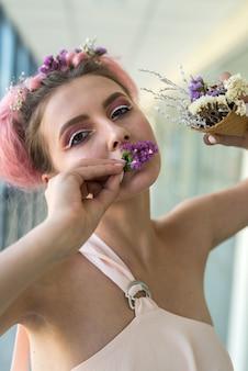 Moda i młoda kobieta demonstrują całkiem ładny makijaż i paznokcie