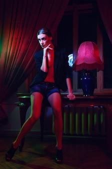 Moda kobieta stojąca przed oknem